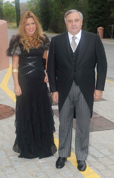 Clothing, Coat, Trousers, Collar, Shirt, Dress, Outerwear, Suit trousers, Formal wear, Standing,