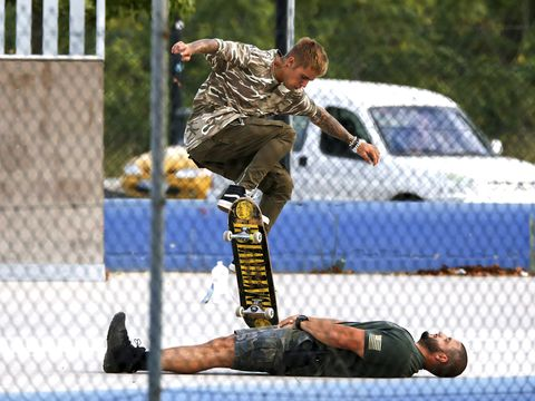 Arm, Leg, Shoe, Shirt, Athletic shoe, Knee, Street fashion, Street sports, Wire fencing, Mesh,