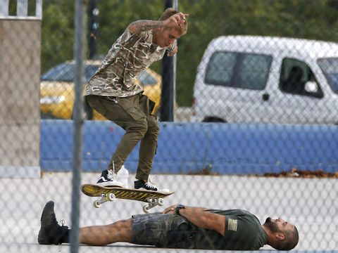 Leg, Trousers, Sports equipment, Shoe, Joint, Skateboarding, Style, Athletic shoe, T-shirt, Outdoor recreation,