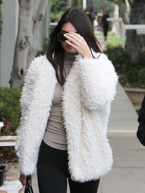 Shoulder, Textile, Joint, Outerwear, White, Style, Street fashion, Natural material, Fur clothing, Fashion accessory,