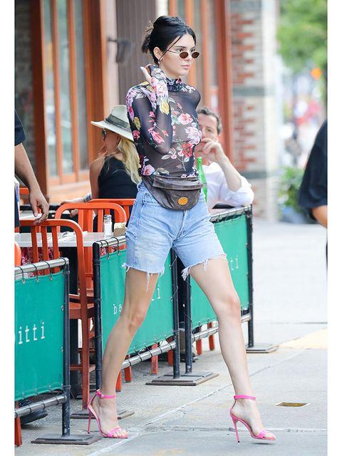 Clothing, Leg, Human leg, Style, Denim, Street fashion, T-shirt, Thigh, Fashion accessory, Waist,