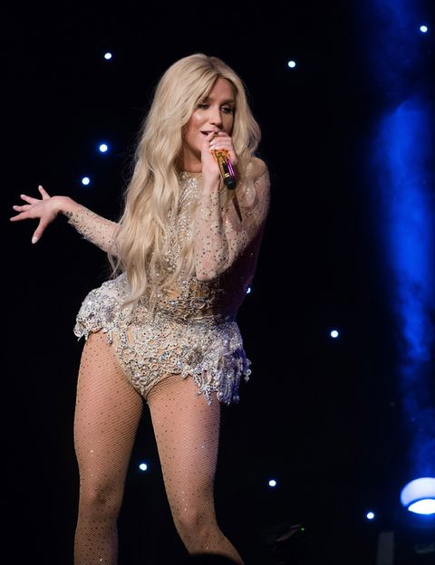 Entertainment, Microphone, Performing arts, Hand, Music artist, Performance, Thigh, Singing, Singer, Artist,