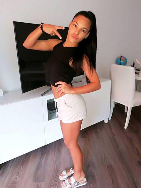 Shoulder, Human leg, Leg, Fashion, Joint, Footwear, Thigh, Knee, Long hair, Shoe,