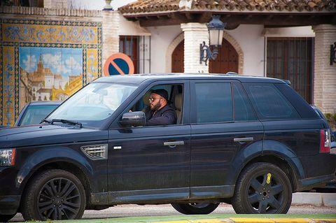 Tire, Wheel, Vehicle, Land vehicle, Window, Car, Automotive tire, Rim, Spoke, Fender,