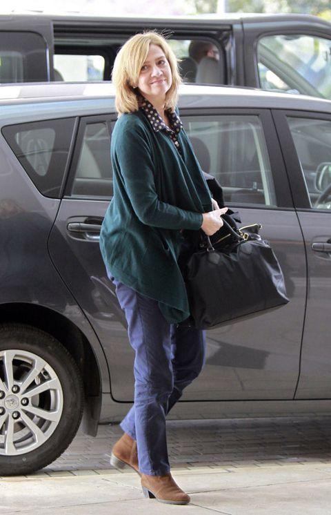 Brown, Shoulder, Vehicle door, Automotive exterior, Outerwear, Bag, Automotive tire, Alloy wheel, Style, Rim,