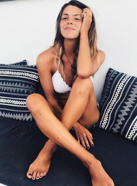Leg, Human leg, Barefoot, Sitting, Thigh, Beauty, Long hair, Skin, Foot, Muscle,