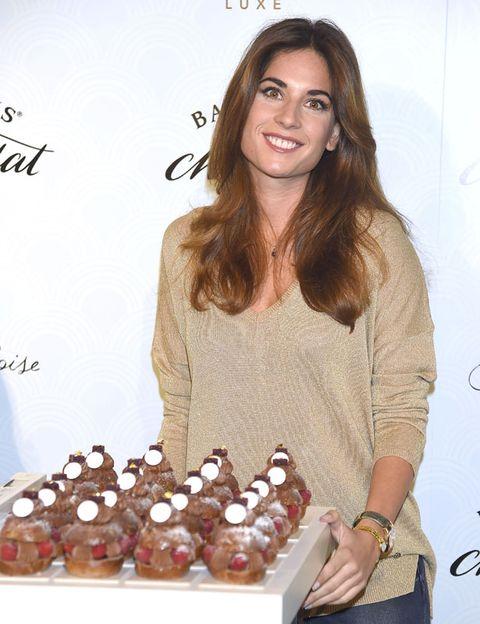 Brown hair, Long hair, Blond, Sweater, Watch, Layered hair, Sweetness, Dessert, Bracelet, Cupcake,
