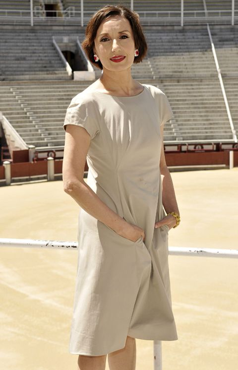 Sleeve, Shoulder, Joint, Dress, Stairs, Fashion, One-piece garment, Day dress, Fashion model, Street fashion,