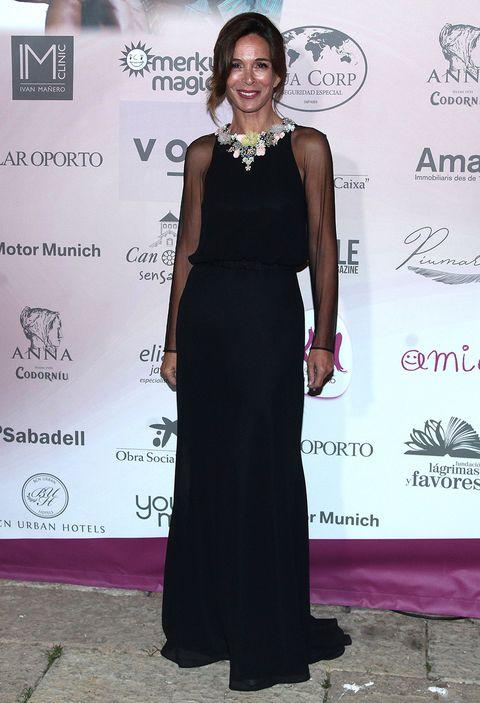 Clothing, Dress, Fashion, Red carpet, Carpet, Formal wear, Shoulder, Flooring, Little black dress, Award,