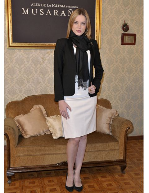 Clothing, Sleeve, Collar, Outerwear, Knee, Blazer, Couch, Beige, Picture frame, Foot,