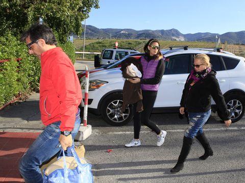 Leg, Land vehicle, Trousers, Jeans, Jacket, Outerwear, Car, Denim, Alloy wheel, Sunglasses,