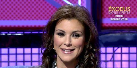Newsreader, Television presenter, Newscaster, Forehead, News, Music artist, Television program, Smile, Long hair, Media,