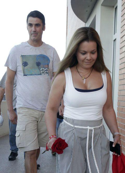 White, People, Shoulder, Fashion, T-shirt, Leg, Arm, Waist, Vacation, Trunk,