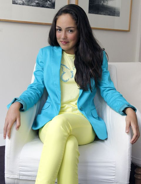 Hairstyle, Comfort, Sitting, Outerwear, Picture frame, Teal, Blazer, Turquoise, Beauty, Thigh,