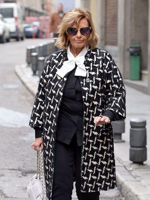 Clothing, Street fashion, Fashion, Outerwear, Black-and-white, Sunglasses, Eyewear, Snapshot, Coat, Monochrome photography,