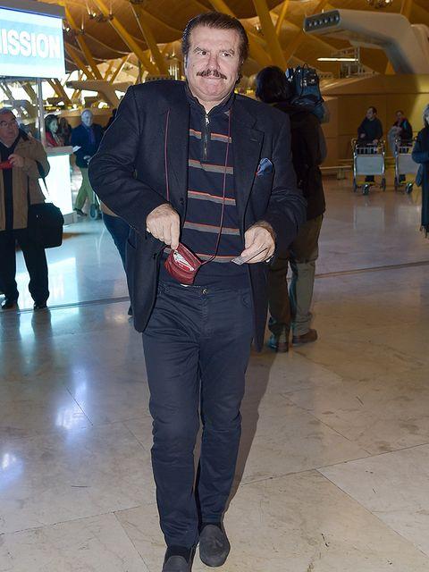 Footwear, Leg, Trousers, Shirt, Textile, Outerwear, Bag, Jacket, Style, Coat,
