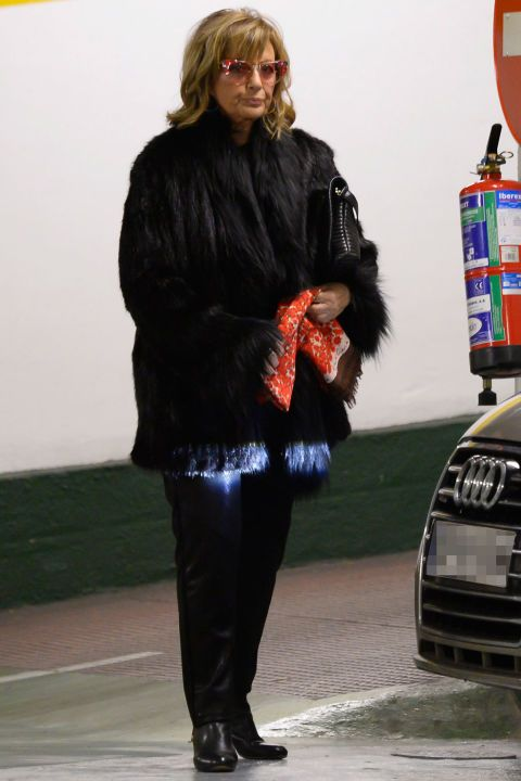 Sleeve, Headlamp, Outerwear, Grille, Vehicle registration plate, Jacket, Fashion, Bag, Street fashion, Audi,