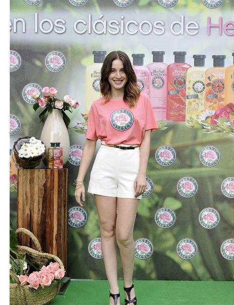 Textile, Human leg, Pink, Style, Fashion accessory, Logo, Fashion, Knee, Waist, Bag,