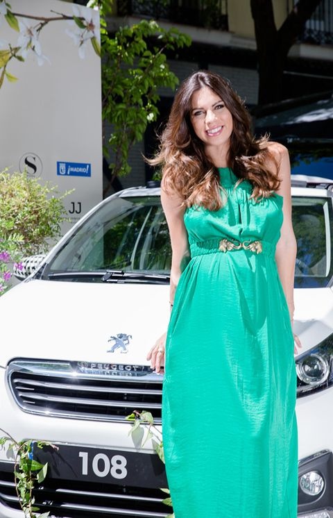 Automotive design, Dress, Vehicle, Land vehicle, Car, Headlamp, Vehicle registration plate, Automotive exterior, Grille, Formal wear,