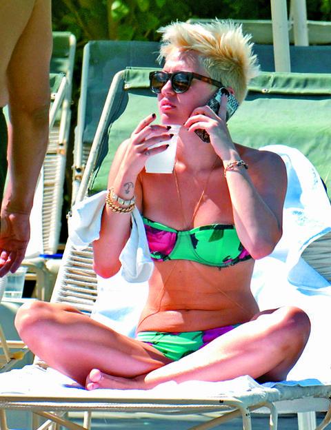 Eyewear, Arm, Vision care, Microphone, Sunglasses, Hand, Brassiere, Summer, Fashion accessory, Sitting,