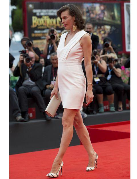 Milla Jovovich luce embarazo en Venecia