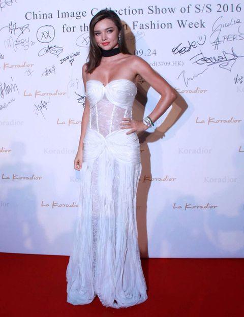 Shoulder, Flooring, Waist, Style, Dress, Fashion accessory, Fashion model, Carpet, Fashion show, Fashion,