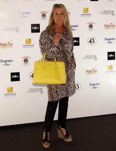 Bag, Style, Luggage and bags, Fashion, Logo, Street fashion, Pattern, Shoulder bag, Shopping bag, Design,