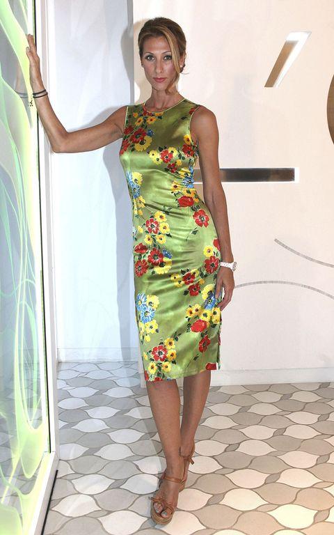 Shoulder, Dress, Joint, Human leg, One-piece garment, Style, Day dress, Fashion, Neck, Waist,