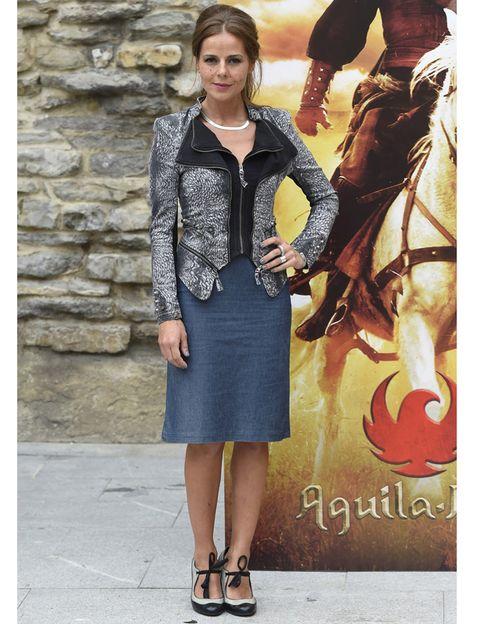 Outerwear, Fashion accessory, Horse supplies, Collar, Style, Bridle, Street fashion, Horse, Rein, Fashion,