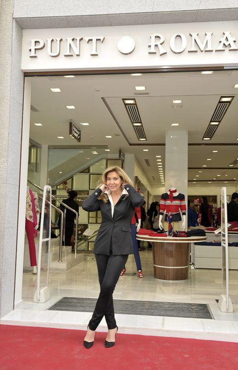 Sleeve, Style, Fashion, Blazer, Carpet, Tights, Waist, Retail, High heels, Service,