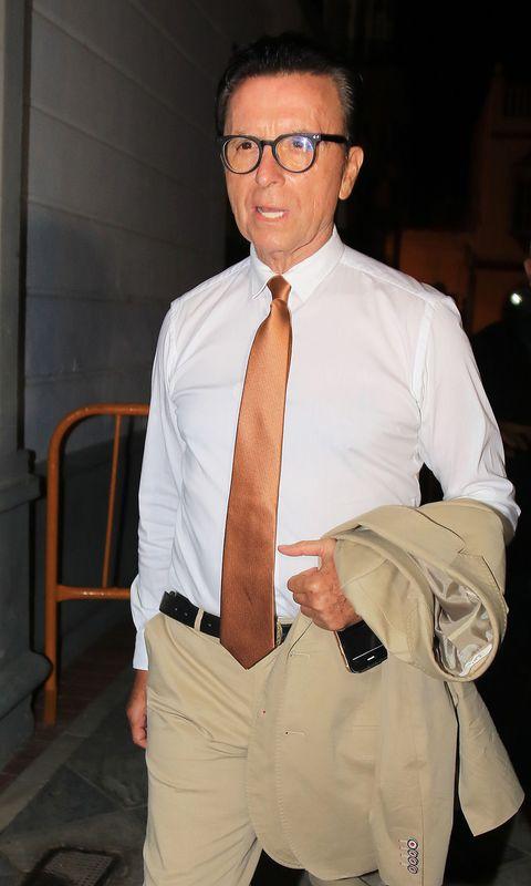 Dress shirt, Suit, Eyewear, Glasses, White-collar worker, Formal wear, Tie, Shirt, Businessperson, Vision care,