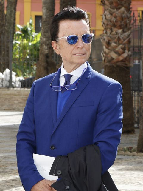 Suit, Cobalt blue, Clothing, Blue, Formal wear, Eyewear, Street fashion, Electric blue, Blazer, Tie,