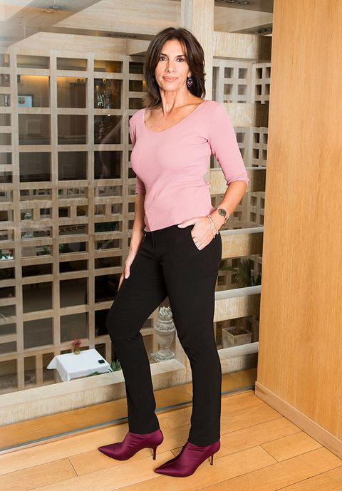 Brown, Sleeve, Shoulder, Joint, Standing, Human leg, Pink, Style, Waist, Elbow,