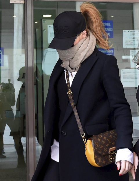 Sleeve, Human body, Shoulder, Outerwear, Coat, Collar, Style, Hat, Blazer, Street fashion,