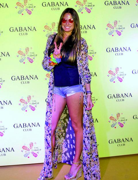 Leg, Sleeve, Human leg, Pink, Style, Pattern, Purple, Thigh, Fashion, Knee,