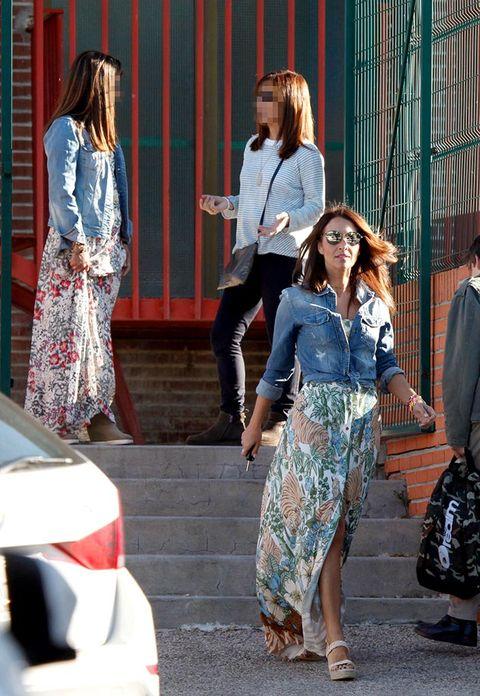 Clothing, Street fashion, Fashion, Snapshot, Jeans, Denim, Dress, Footwear, Waist, Leg,