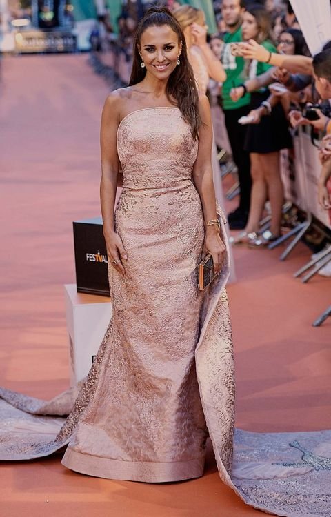 Fashion model, Gown, Dress, Clothing, Red carpet, Fashion, Carpet, Haute couture, Shoulder, Flooring,