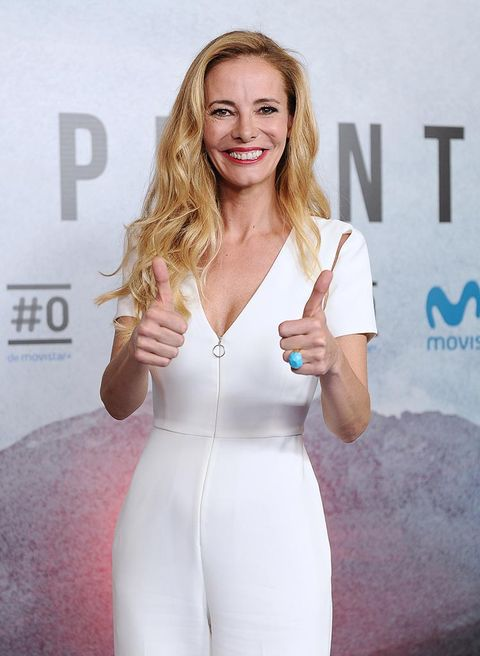 Finger, Shoulder, Hand, Joint, Happy, Facial expression, Waist, Dress, Beauty, Chest,