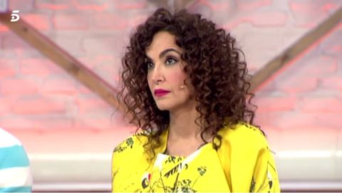 Hairstyle, Yellow, Sleeve, Chin, Forehead, Eyebrow, Jheri curl, Collar, Ringlet, Facial expression,