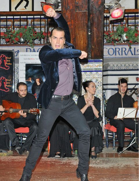 Leg, Shoe, Entertainment, Performing arts, Music, Musician, Chair, Performance, Artist, Performance art,