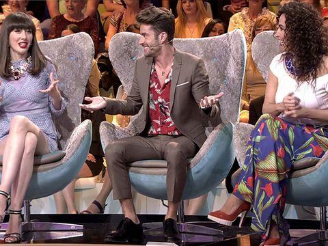 Hair, Leg, People, Sitting, Audience, Suit, Crowd, Thigh, Lap, Tie,