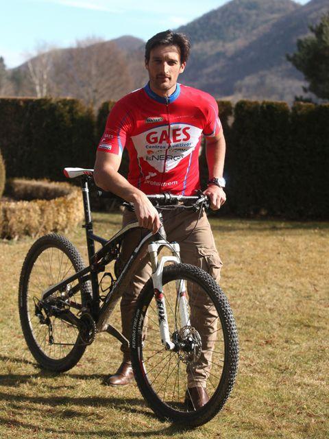 Bicycle wheel, Tire, Bicycle tire, Wheel, Bicycle frame, Bicycle wheel rim, Bicycle, Bicycle fork, Shoe, Bicycle handlebar,