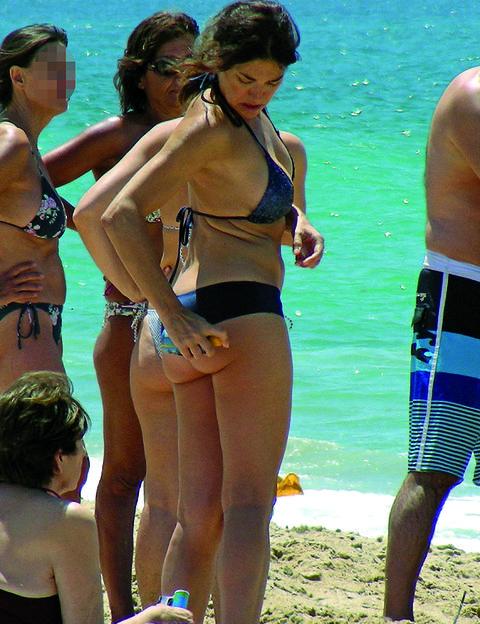 Fun, People on beach, Brassiere, Mammal, Summer, Swimwear, People in nature, Swimsuit top, Waist, Swimsuit bottom,