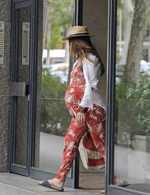 Sleeve, Shoulder, Hat, Joint, Bag, Street fashion, Sun hat, Door, Waist, Foot,