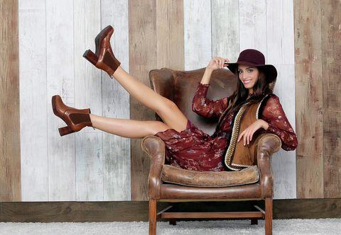 Leg, Human leg, Hat, Sitting, Fashion accessory, Comfort, Knee, Tan, Sun hat, Foot,
