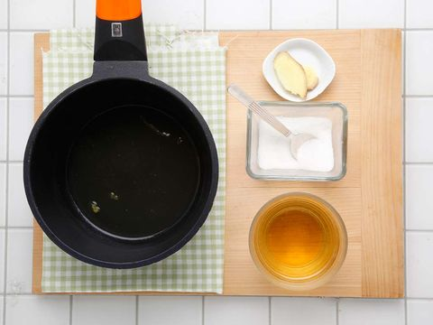 Placemat, Frying pan, Yellow, Cookware and bakeware, Tablecloth, Bowl, Tableware, Linens, Cup, Plate,