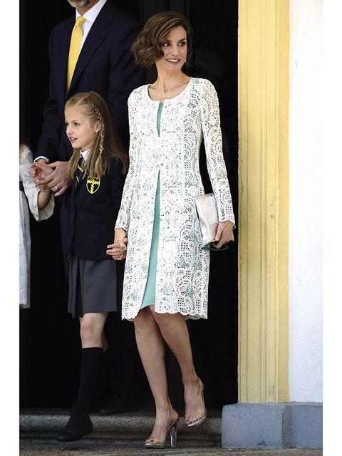 Dress, Coat, Outerwear, Standing, Formal wear, Style, Collar, One-piece garment, Fashion, Blazer,