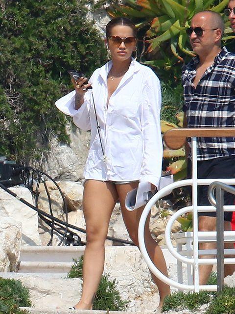 Eyewear, Sleeve, Sunglasses, Human leg, Summer, Thigh, Street fashion, Knee, Foot, Spring,