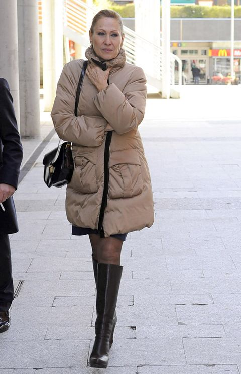 Clothing, Footwear, Textile, Joint, Outerwear, Coat, Street fashion, Winter, Style, Bag,