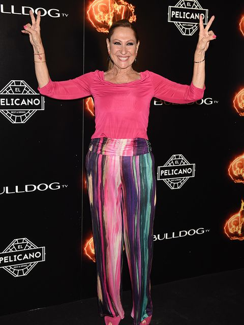 Pink, Dress, Performance, Flooring, Fashion, Carpet, Muscle, Event, Premiere, Red carpet,